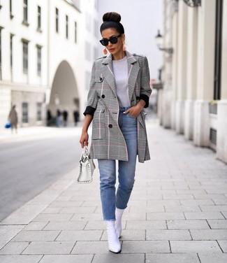 Как и с чем носить: серое пальто в шотландскую клетку, серая футболка с круглым вырезом, голубые джинсы, белые кожаные ботильоны