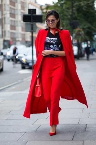 Как и с чем носить: красное пальто, черная футболка с круглым вырезом с принтом, красные классические брюки, красные замшевые туфли