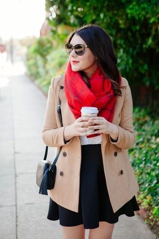Как и с чем носить: бежевое пальто, белая футболка с круглым вырезом, черная короткая юбка-солнце, черная кожаная сумка через плечо