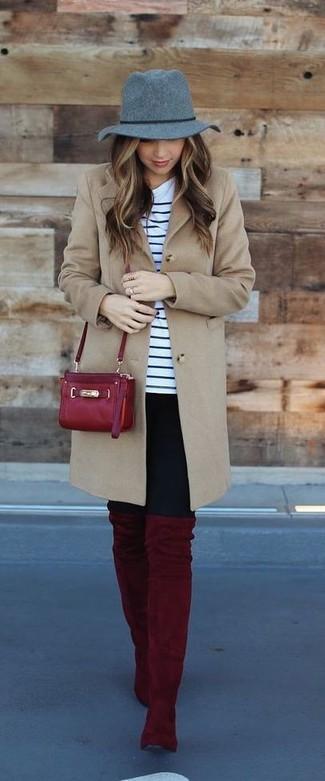 Как и с чем носить: светло-коричневое пальто, бело-темно-синяя футболка с круглым вырезом в горизонтальную полоску, черные леггинсы, темно-красные замшевые ботфорты
