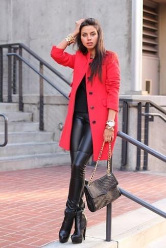 Как и с чем носить: красное пальто, черная футболка с круглым вырезом, черные кожаные леггинсы, черные кожаные ботильоны
