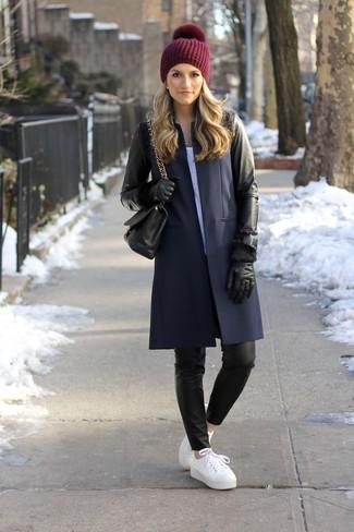 Как и с чем носить: черное кожаное пальто, белая футболка с круглым вырезом, черные кожаные узкие брюки, белые кожаные низкие кеды