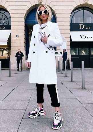 Как и с чем носить: белое пальто, белая футболка с круглым вырезом с принтом, черно-белые узкие брюки в горизонтальную полоску, ярко-розовые кроссовки