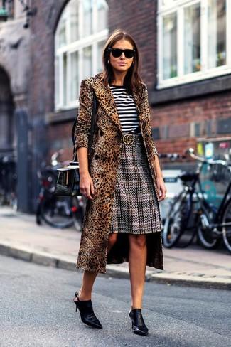 Как и с чем носить: коричневое пальто с леопардовым принтом, бело-черная футболка с круглым вырезом в горизонтальную полоску, серая юбка-карандаш в шотландскую клетку, черные кожаные сабо