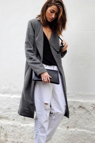 Как и с чем носить: серое пальто, черная футболка с v-образным вырезом, белые рваные джинсы-бойфренды, черный кожаный клатч