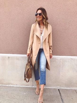 Как и с чем носить: светло-коричневое пальто, белая футболка с v-образным вырезом, синие рваные джинсы, бежевые замшевые босоножки на каблуке