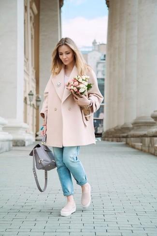 Как и с чем носить: розовое пальто, белая футболка с v-образным вырезом, голубые джинсы, розовые слипоны