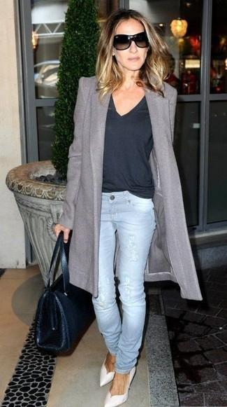 Как Sarah Jessica Parker носит Серое пальто, Темно-синяя футболка с v-образным вырезом, Голубые рваные джинсы, Белые кожаные туфли