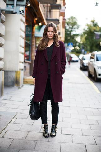 Как и с чем носить: темно-пурпурное пальто, черная футболка с v-образным вырезом, черные узкие брюки, черные кожаные ботильоны с шипами