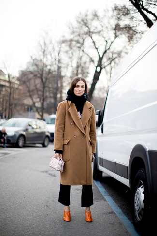 Как и с чем носить: светло-коричневое пальто, черно-белый худи с принтом, черные брюки-клеш, оранжевые кожаные туфли