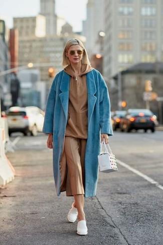 Как и с чем носить: бирюзовое пальто, светло-коричневый худи, светло-коричневые брюки-кюлоты, белые кожаные сабо