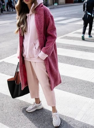 Как и с чем носить: красное пальто, розовый худи, розовые брюки-кюлоты, серые кроссовки