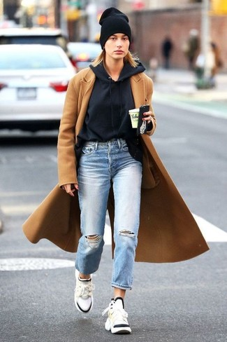 Как и с чем носить: светло-коричневое пальто, черный худи, голубые рваные джинсы-бойфренды, белые кроссовки