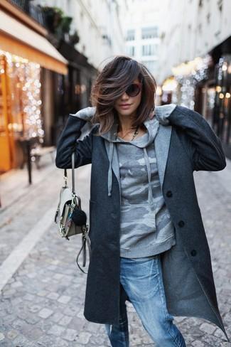 Как и с чем носить: темно-серое пальто, серый худи с камуфляжным принтом, синие рваные джинсы-бойфренды, бежевая кожаная сумка через плечо