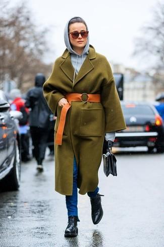 Как и с чем носить: оливковое пальто, серый худи, синие джинсы скинни, черные кожаные ботинки на шнуровке