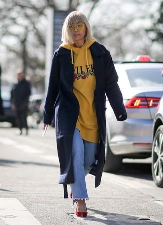 Как и с чем носить: темно-синее пальто, желтый худи с принтом, голубые джинсы, красные замшевые туфли