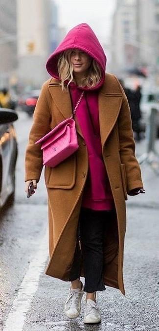 Как и с чем носить: коричневое пальто, ярко-розовый худи, черные джинсы, белые низкие кеды