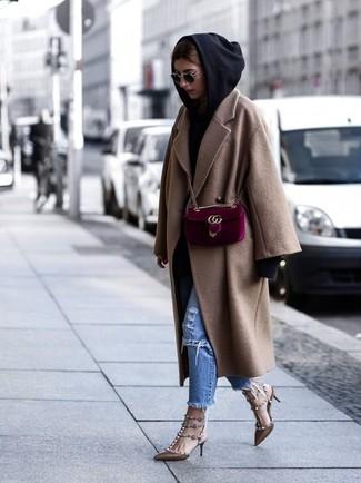Как и с чем носить: светло-коричневое пальто, черный худи, синие рваные джинсы, коричневые кожаные туфли с шипами