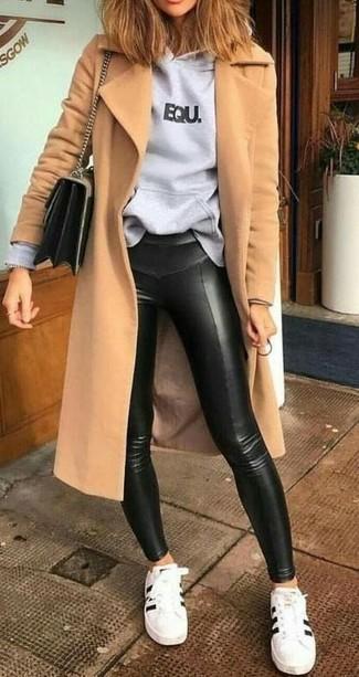 Светло-коричневое пальто: с чем носить и как сочетать женщине: Дуэт светло-коричневого пальто и черных кожаных леггинсов выглядит очень круто и модно. Вместе с этим образом удачно будут смотреться бело-черные кожаные низкие кеды.