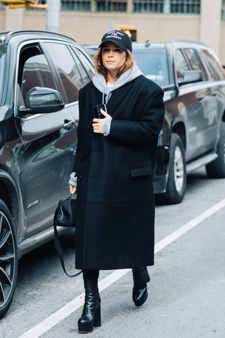 Как и с чем носить: черное пальто, серый худи, черные кожаные полусапоги, черная кожаная сумочка