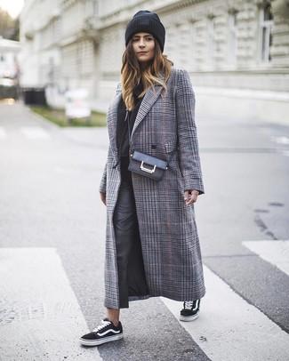 Как и с чем носить: серое пальто в шотландскую клетку, черный худи, черные кожаные узкие брюки, черно-белые низкие кеды из плотной ткани