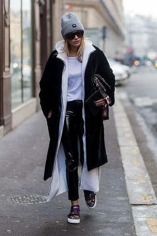 Как и с чем носить: черное пальто, белый худи, белая футболка с круглым вырезом, черные кожаные джинсы скинни