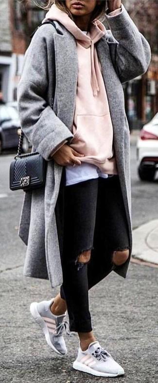 Как и с чем носить: серое пальто, розовый худи, белая футболка с круглым вырезом, черные рваные джинсы скинни