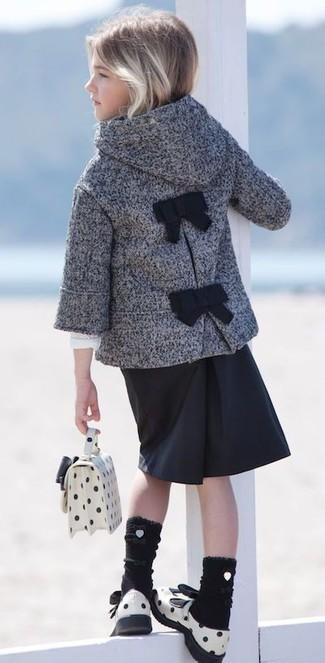 Как и с чем носить: серое пальто, черная юбка, белые кожаные босоножки, белая сумка