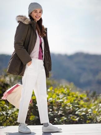 Как и с чем носить: оливковая парка, бежевый шелковый бомбер, красная футболка с круглым вырезом, белые брюки чинос