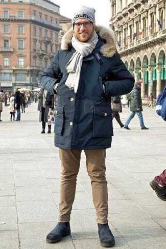 Серый шарф: с чем носить и как сочетать мужчине: Если ты предпочитаешь не воспринимать моду слишком серьезно, тебе понравится этот ансамбль из темно-синей парки и серого шарфа. Хочешь привнести сюда немного классики? Тогда в качестве дополнения к этому луку, выбирай темно-синие кожаные ботинки челси.