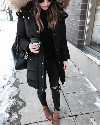 Черные рваные джинсы скинни: с чем носить и как сочетать: Черная парка и черные рваные джинсы скинни помогут создать легкий и практичный лук для выходного в парке или торговом центре. Коричневые замшевые ботильоны становятся замечательным дополнением к твоему луку.