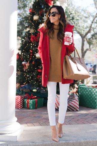 Как и с чем носить: красная парка, табачная водолазка, белые джинсы скинни, бежевые кожаные туфли