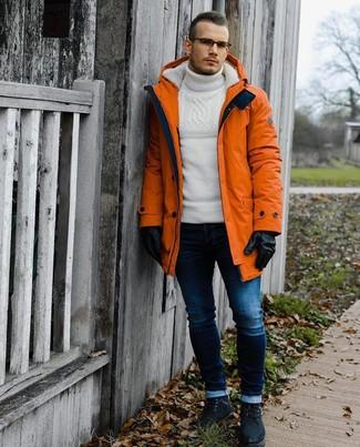 Как и с чем носить: оранжевая парка, белая шерстяная вязаная водолазка, темно-синие зауженные джинсы, черные замшевые повседневные ботинки