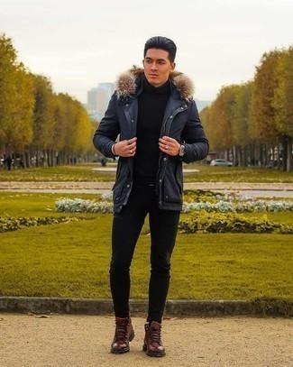Мужские луки: Сочетание темно-синей парки и черных зауженных джинсов - очень практично, и поэтому идеально для повседневой носки. Хочешь сделать лук немного строже? Тогда в качестве обуви к этому луку, стоит выбрать коричневые кожаные повседневные ботинки.