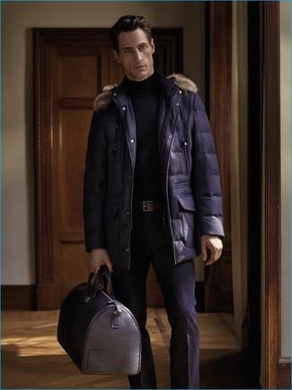 Как и с чем носить: темно-синяя парка, черная водолазка, черные классические брюки, черная кожаная дорожная сумка