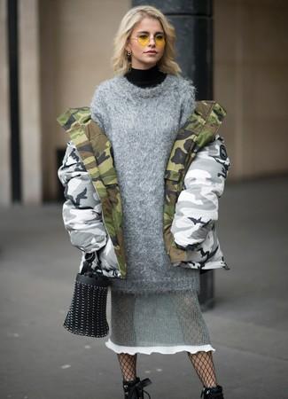 Как и с чем носить: серая парка с камуфляжным принтом, черная водолазка, серое вязаное платье-свитер, черные кожаные ботильоны на шнуровке
