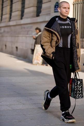 Мужские луки: Светло-коричневая парка и черные спортивные штаны — хороший выбор для веселого выходного дня. Весьма выигрышно здесь выглядят черно-белые кроссовки.