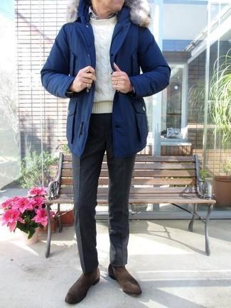 Как и с чем носить: синяя парка, белый вязаный свитер, бело-черная рубашка с длинным рукавом в мелкую клетку, черные шерстяные классические брюки