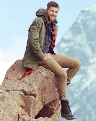 Как и с чем носить: оливковая парка, темно-синяя джинсовая куртка, темно-пурпурная футболка с круглым вырезом, светло-коричневые зауженные джинсы