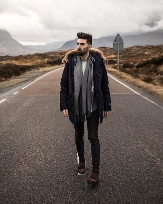 С чем носить темно-коричневые замшевые повседневные ботинки мужчине: Если ты делаешь ставку на комфорт и функциональность, темно-синяя парка и черные зауженные джинсы — хороший вариант для привлекательного повседневного мужского ансамбля. Любители экспериментировать могут завершить ансамбль темно-коричневыми замшевыми повседневными ботинками, тем самым добавив в него чуточку строгости.