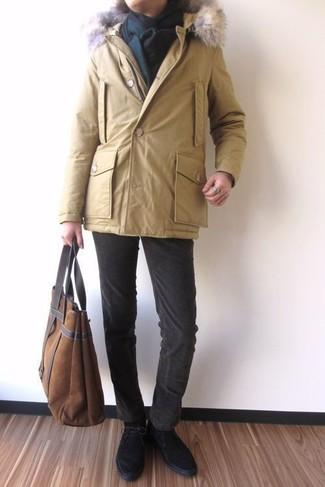 Как и с чем носить: желтая парка, темно-коричневые вельветовые джинсы, черные замшевые ботинки дезерты, коричневая замшевая большая сумка