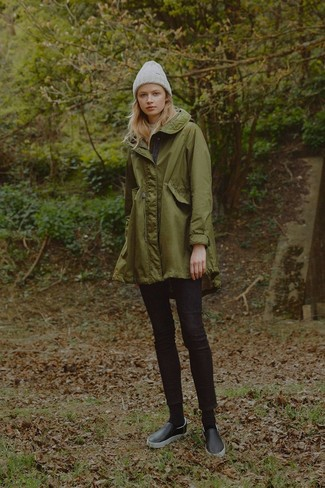 Как и с чем носить: оливковая парка, черные джинсы скинни, черные кожаные слипоны, серая шапка