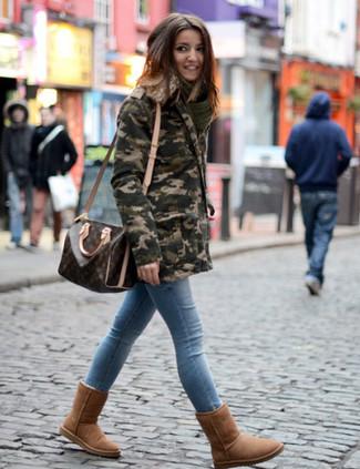 Как и с чем носить: оливковая парка с камуфляжным принтом, голубые джинсы скинни, коричневые угги, темно-коричневая кожаная спортивная сумка с принтом