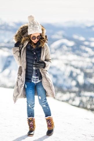 Как и с чем носить: бежевая парка, темно-синий стеганый жилет, бело-красно-синяя классическая рубашка в шотландскую клетку, синие рваные джинсы скинни