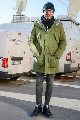 Модные мужские луки 2020 фото зима 2021: Оливковая парка и серые рваные зауженные джинсы — стильный выбор мужчин, которые всегда в движении. Любители необычных луков могут закончить лук черными кожаными низкими кедами, тем самым добавив в него толику изысканности. Такой лук будет отличным вариантом даже в лютый мороз.