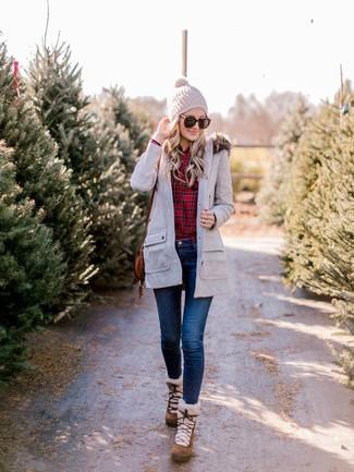 Как и с чем носить: серая парка, красная классическая рубашка в шотландскую клетку, темно-синие джинсы скинни, коричневые замшевые зимние ботинки