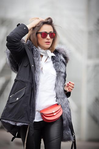 Красные солнцезащитные очки: с чем носить и как сочетать женщине: Если ты любишь смотреться по моде, чувствуя себя при этом комфортно и нескованно, стоит опробировать это сочетание черной парки и красных солнцезащитных очков.