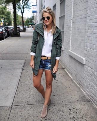 Как и с чем носить: темно-зеленая хлопковая парка, белая классическая рубашка, темно-синие джинсовые шорты, серые замшевые ботильоны