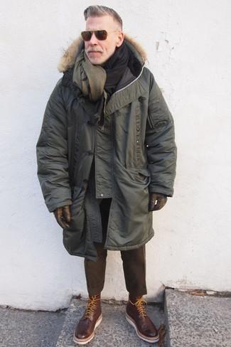 Как Nick Wooster носит Оливковая парка, Темно-коричневые шерстяные классические брюки, Темно-коричневые кожаные ботинки броги, Оливковый шерстяной шарф