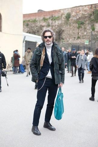 Как и с чем носить: оливковая парка с камуфляжным принтом, темно-синий костюм, белая водолазка, черные кожаные повседневные ботинки